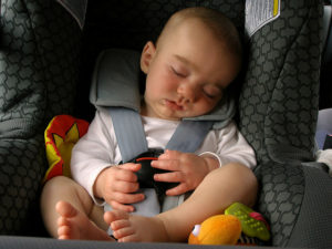 niño en silla de coche