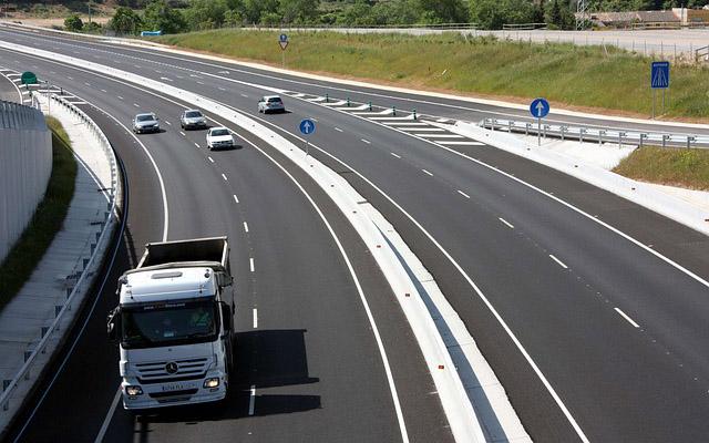 Camiones y coches, convivencia y seguridad en las carreteras