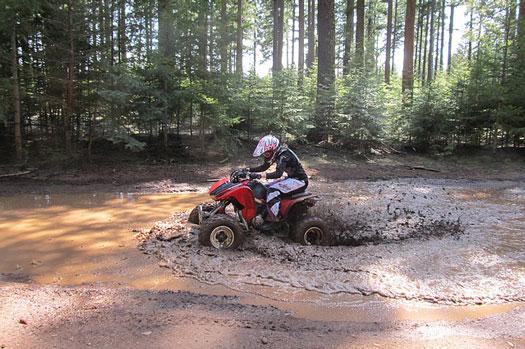 quad con casco homologado