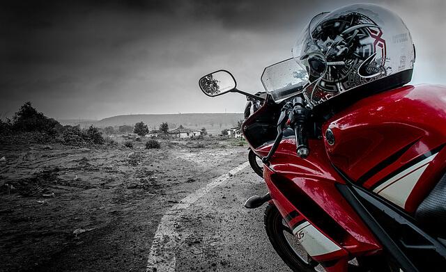 Conducir seguro tu moto requiere contar con un casco adecuado para protegernos en caso de accidente.