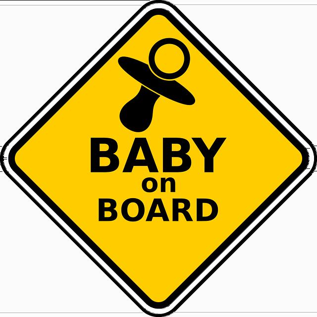 La DGT aconseja que los niños de hasta 150 cm viajen en SRI en los coches