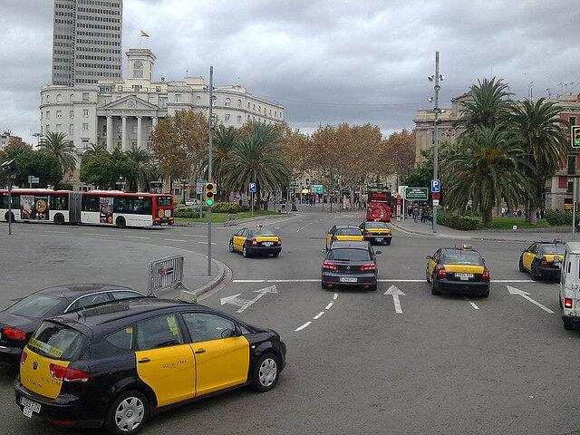 Es seguro que los vehículos particulares y el transporte público deben convivir en las ciudades.