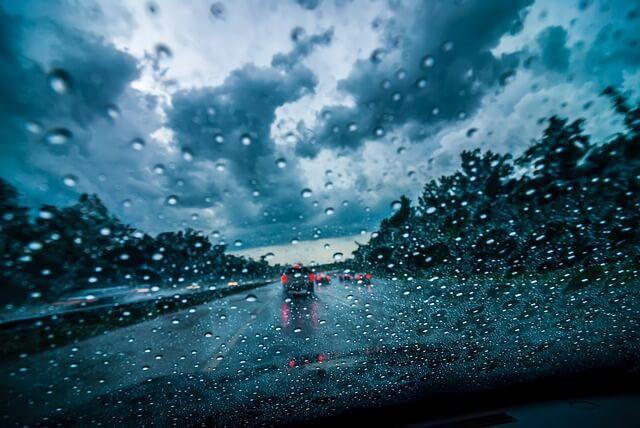 En condiciones de lluvia, el acquaplanning es un riesgo al conducir