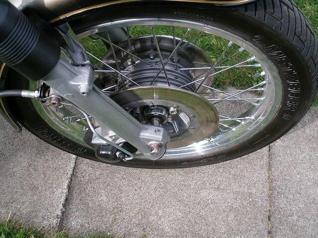 Lo más seguro es cambiar el neumático de la moto antes de llegar al límite de desgaste.