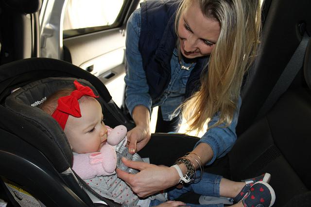 Niños seguros en el coche con su sillita