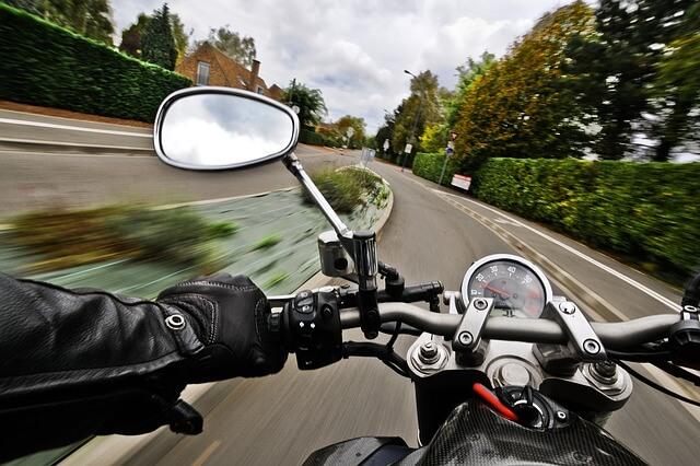 El 45% de las muertes en moto se produce por adelantamientos indebidos