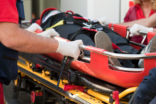 Imagen de una persona que ha sufrido un accidente y es trasladada en ambulancia.