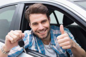 joven tras aprobar el examen de conducir