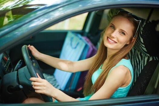 Joven conductora que acaba de aprobar el examen del coche