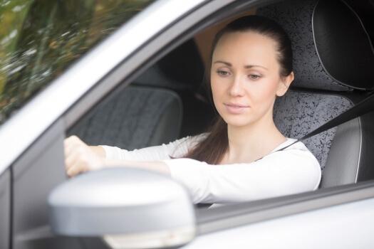 Joven preparando el examen practico de conducir
