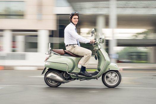 Foto de joven que tienen el mejor seguro de ciclomotor