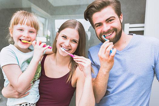 cepillarse los dientes en familia - ejemplo de habitos saludables