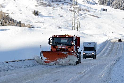 hielo en la carretera - conducir un camion en invierno