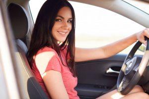 conductora disfrutando de los mejores seguros de coche