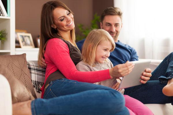 familia que piensa contratar un seguro de vida vinculado a la hipoteca