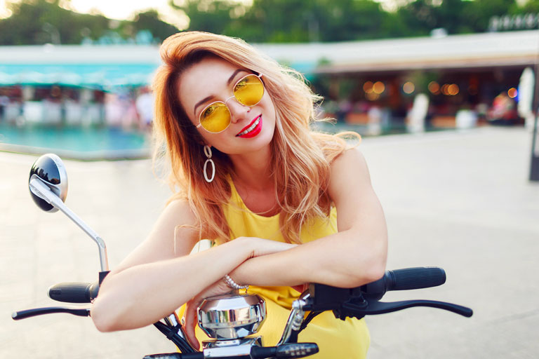 joven con seguro para motos eléctricas